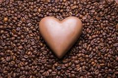 Het behang van koffiebonen met chocoladehart stock foto's