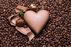 Het behang van koffiebonen met chocoladehart en suikergoed stock afbeelding