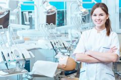 Het beheersen van haar vaardigheden in een professioneel laboratorium royalty-vrije stock foto's