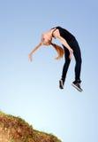 Het behendige funky jonge vrouw springen Stock Fotografie