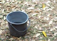 Het behoudsemmer van het regenwater in tuin Royalty-vrije Stock Foto's