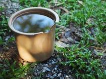 Het behoudsemmer van het regenwater in tuin Royalty-vrije Stock Afbeeldingen