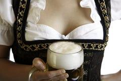 Het Beierse biermeisje houdt Oktoberfest bierstenen bierkroes Royalty-vrije Stock Foto's