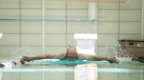 Het bejaarde atleet zwemmen Stock Fotografie