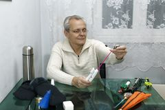 Het bejaarde bereidt hengels voor visserij voor Royalty-vrije Stock Foto