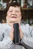 Het bejaarde bidden en houdt een bijbel Stock Foto
