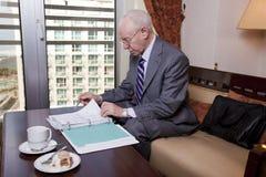 Hogere Zakenman die over Documenten gaan Royalty-vrije Stock Foto's