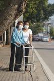 Het bejaarde die masker dragen voor beschermt luchtvervuiling Stock Foto's
