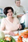 Het bejaarde gelukkige paar koken Stock Afbeeldingen