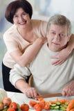 Het bejaarde gelukkige paar koken bij keuken Royalty-vrije Stock Foto's