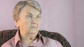 Het bejaarde kijkt binnen in de richting stock video