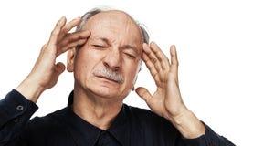 Het bejaarde lijdt aan hoofdpijn stock afbeelding