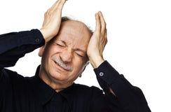 Het bejaarde lijdt aan hoofdpijn stock foto's
