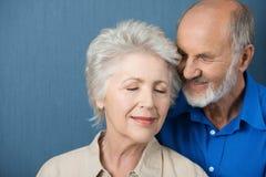 Het bejaarde paar deelt een teder ogenblik Royalty-vrije Stock Afbeeldingen