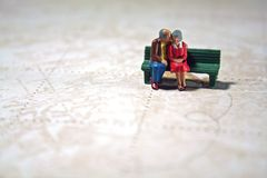 Het bejaarde paar herinnert reizen Stock Foto's