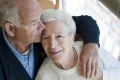Het bejaarde paar koesteren stock foto's