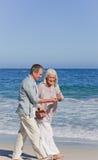 Het bejaarde paar lopen Stock Foto's