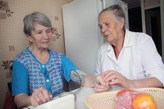 Het bejaarde troost haar vriend Stock Foto
