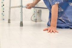 Het bejaarde vallen in badkamers Stock Fotografie