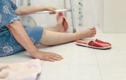 Het bejaarde vallen in badkamers, gladde oppervlakten royalty-vrije stock afbeelding