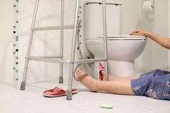 Het bejaarde vallen in badkamers omdat glad stock foto's