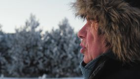 Het Bejaarde van het portret Zijaanzicht met Rimpels in Jasje en Bonthoed in de Winter stock video