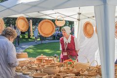Het bejaarde verkoopt dingen van wilgentakken royalty-vrije stock foto
