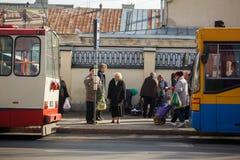 Het bejaarde wachten voor een openbaar vervoer Stock Afbeeldingen