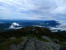 Het bekijken het adembenemende gezicht boven de berg stock afbeeldingen