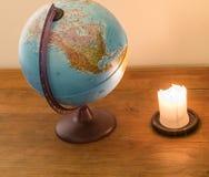 Het bekijken de bol en het dromen over het reizen royalty-vrije stock afbeeldingen