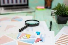 Het bekijken de groeigrafiek met vergrootglas De grafieken, brengt in kaart royalty-vrije stock afbeelding
