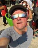 Het bekijken de zon stock fotografie