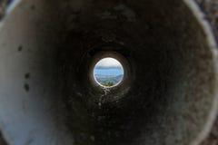 Het bekijken door Pijp Landschap met Heuvels en Oceaan Royalty-vrije Stock Fotografie