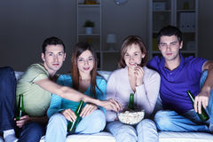 Het bekijken films thuis stock foto