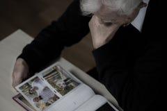 Het bekijken foto's met vrouw stock fotografie