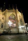 Het bekijken gebrandschilderd glas bij de Kathedraal van Milaan Duomo Royalty-vrije Stock Foto's