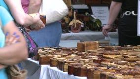 Het bekijken houten ambachten stock video