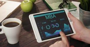 Het bekijken MBA-verslagen die digitale tablet gebruiken stock videobeelden
