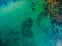 Het bekijken neer ondiep oceaanwater stock afbeeldingen