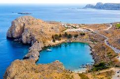 Het bekijken neer op St Paul ` s Baai in Lindos op Eiland Rhodes Greece royalty-vrije stock afbeeldingen