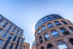 Het bekijken omhoog bedrijfsgebouwen Stock Afbeeldingen