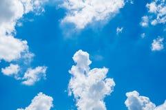 Het bekijken omhoog Blauwe hemel met bewolkt stock foto's