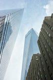 Het bekijken omhoog bovenste gedeelte van Één WTC en nabijgelegen gebouwen Stock Foto