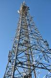 Het bekijken omhoog communicatie toren Stock Foto