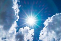 Het bekijken omhoog de blauwe hemel van Nice met zonstraal en halo met bewolkt Royalty-vrije Stock Foto