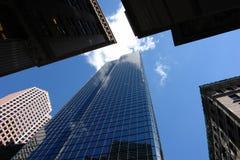 Het bekijken omhoog de bovenkant van vijf wolkenkrabbers Stock Fotografie