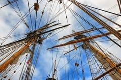 Het bekijken omhoog de masten op Lange Schepen Stock Foto's