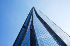 Het bekijken omhoog de Scherfwolkenkrabber tegen blauwe hemel Stock Afbeeldingen