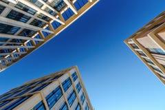 Het bekijken omhoog drie bedrijfsgebouwen Stock Fotografie