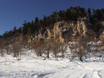 Het bekijken omhoog een berg in Russisch nationaal park Royalty-vrije Stock Afbeeldingen